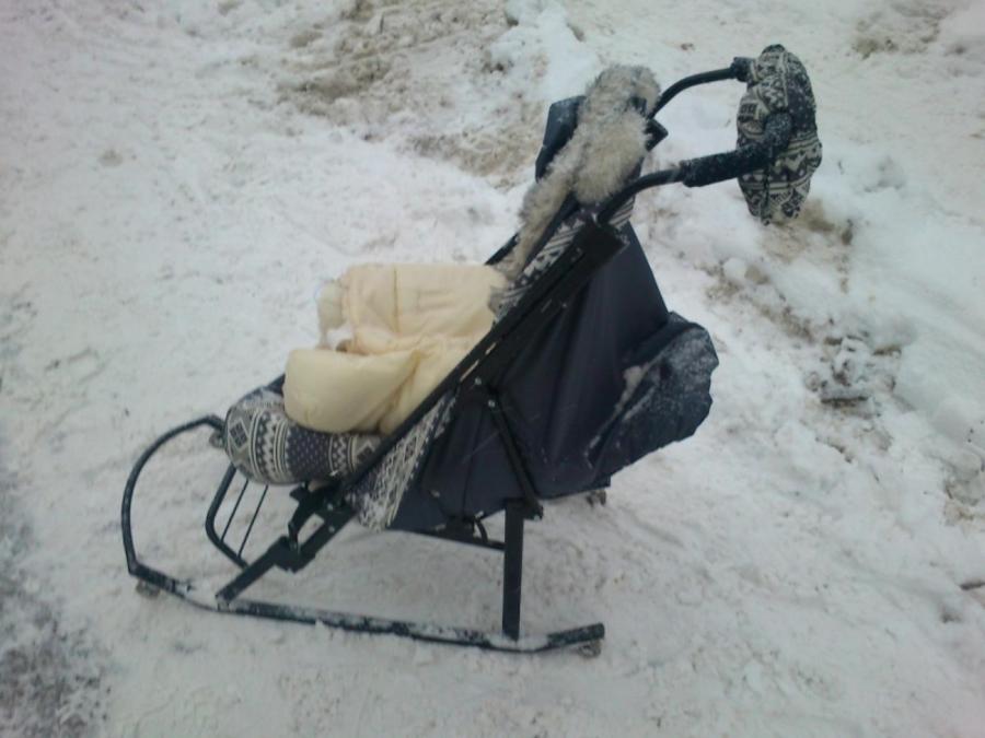 В Перми водитель Рено на тротуаре сбил женщину с младенцем - фото 1