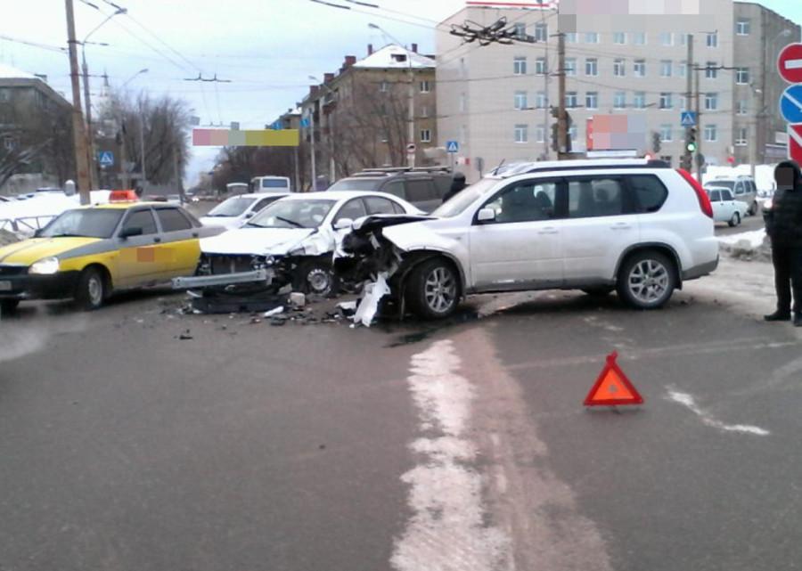 В Перми в столкновении двух Ниссанов и Джили ранены три человека