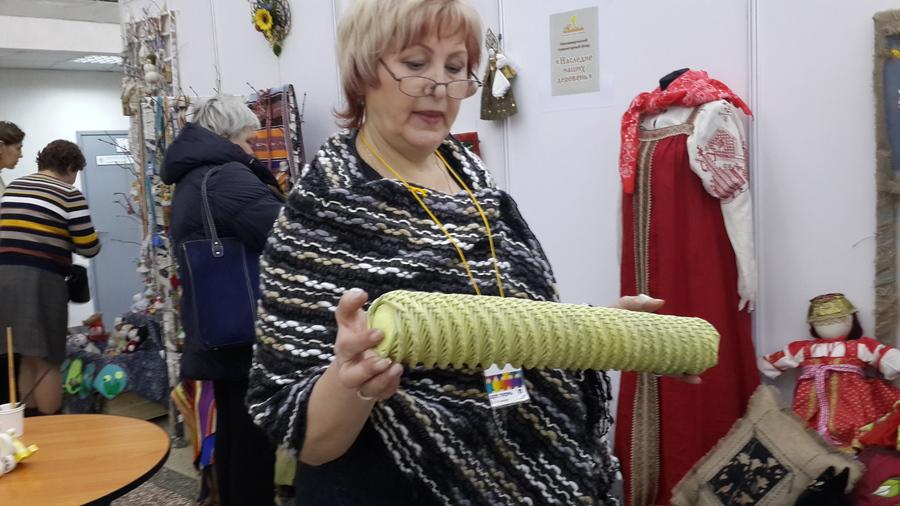 На «Пермской ярмарке» плетут из газетных трубочек
