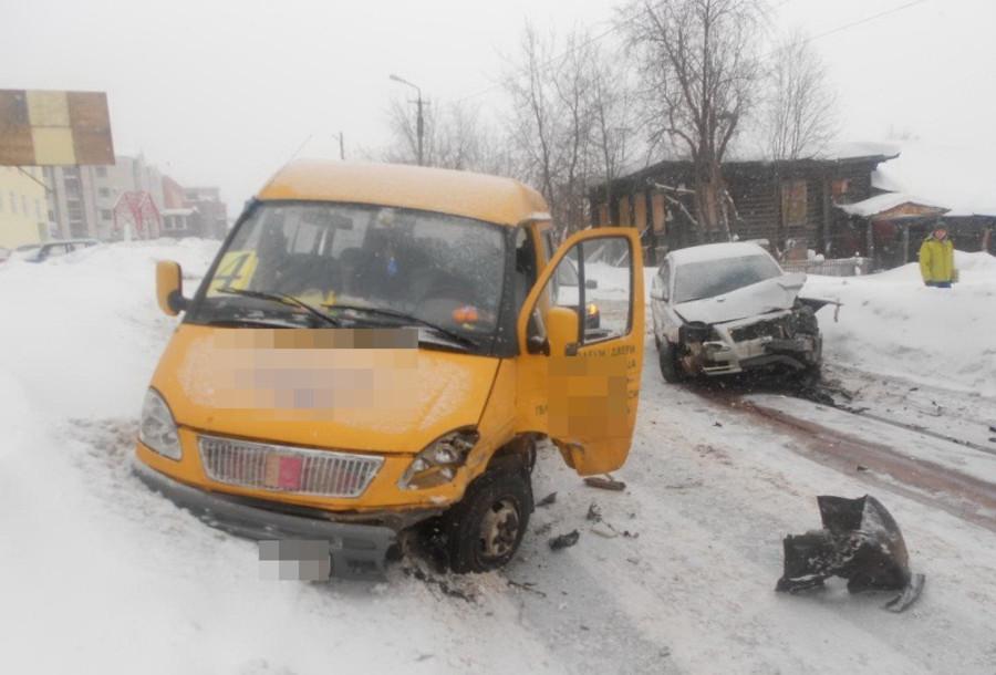 В Пермском крае Тойота врезалась в маршрутный микроавтобус