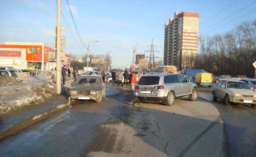 В Кировском районе Перми столкнулись пять автомобилей - фото 1