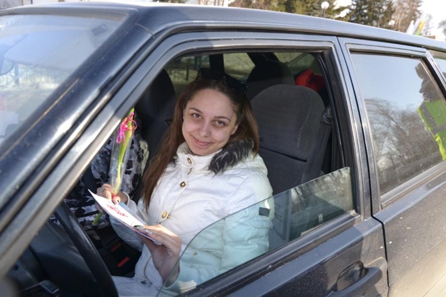 «Авторадио-Кунгур» и сотрудники ГИБДД сделали сюрприз для женщин - фото 1