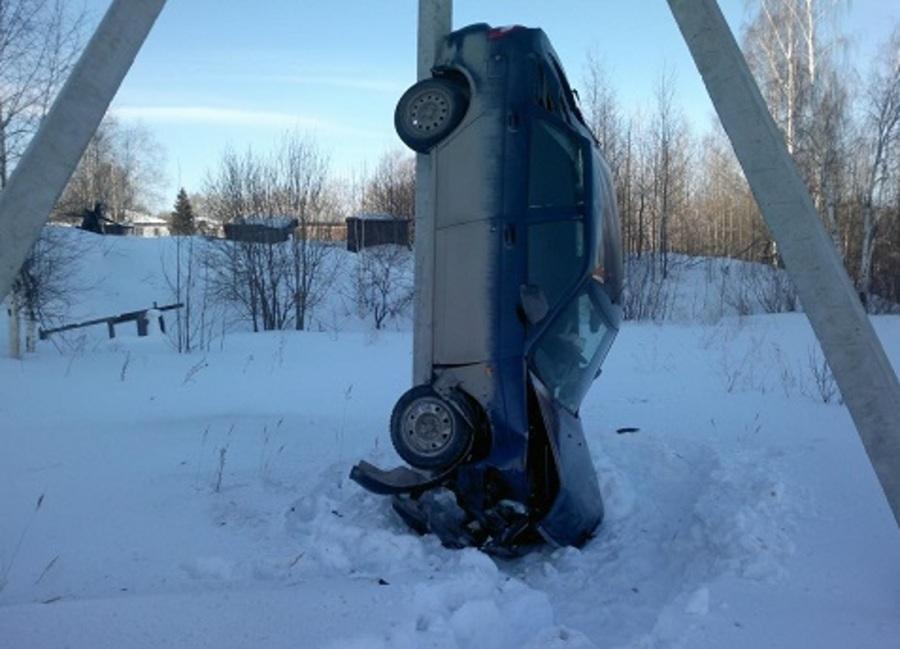 В Перми водитель Приоры сделал стойку на переднем бампере - фото 1