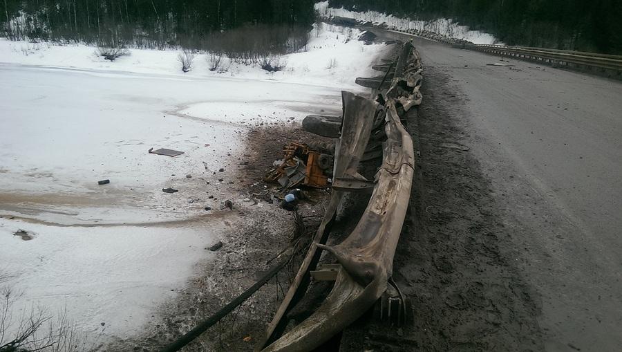 В Чусовском районе рухнул с моста самосвал, водитель погиб