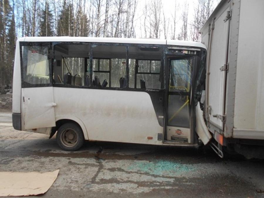 На трассе Пермь - Березники в столкновения автобуса с грузовиком травмированы три человека