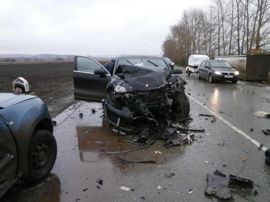 На трассе Пермь - Екатеринбург в столкновении трех машин погиб один из водителей - фото 1
