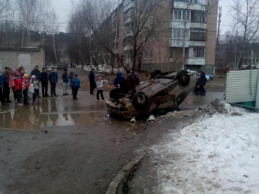В Перми женщина-водитель перевернула автомобиль и травмировала пешехода - фото 1