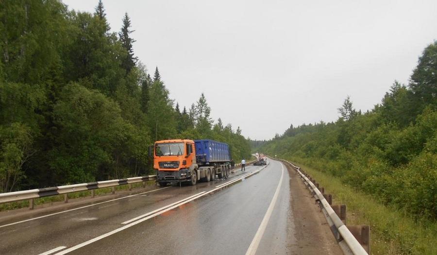 На трассе Пермь — Березники в столкновении с грузовиком погиб водитель ВАЗа - фото 1