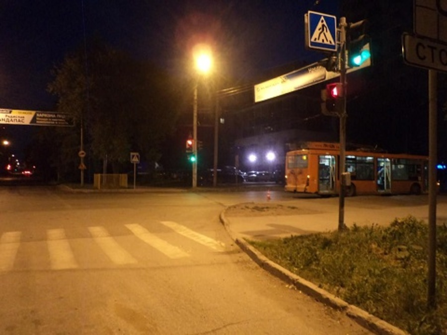 В центре Перми троллейбус сбил женщину - фото 1