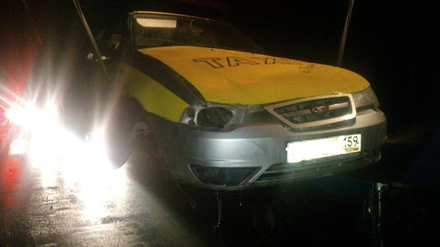 В Перми при наезде на бордюр пострадали пассажиры такси - фото 1