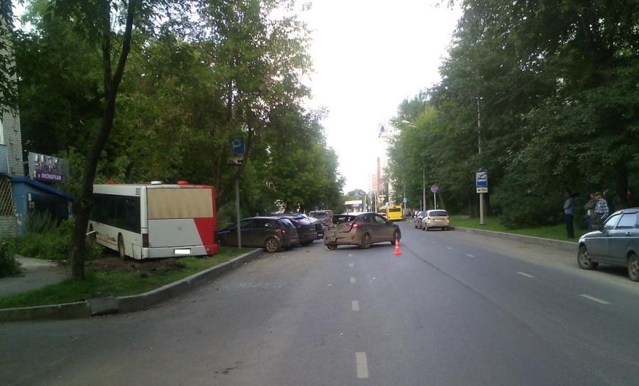 В Перми маршрутный автобус врезался в Хендай и дерево
