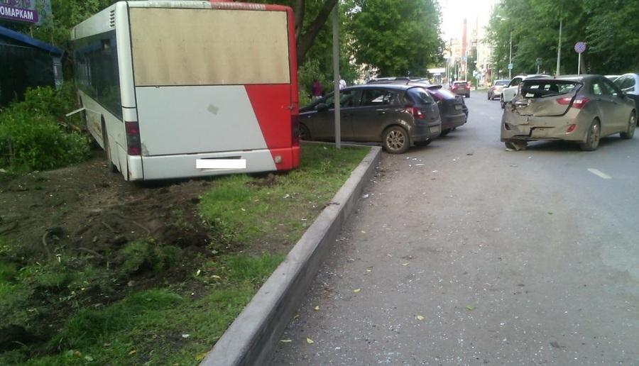 В Перми маршрутный автобус врезался в Хендай и дерево - фото 2