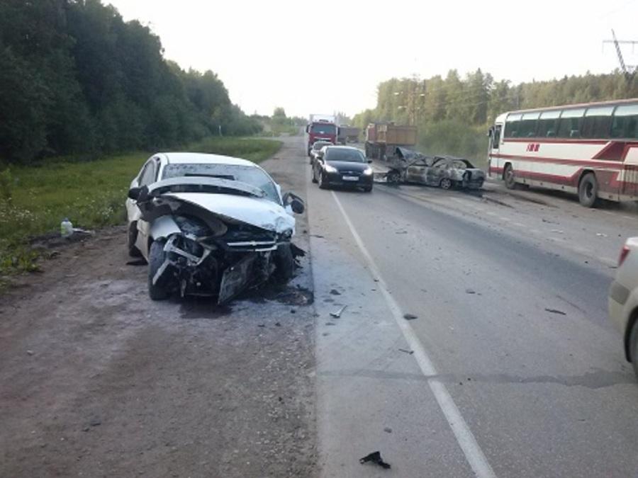 На Восточном обходе Перми в столкновении трех автомобилей пострадали три человека - фото 1