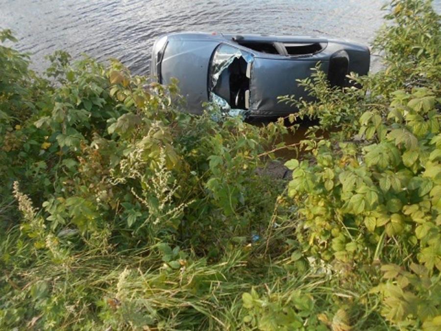 В Березниках  перевернувшийся Шевроле упал на берег канала - фото 1