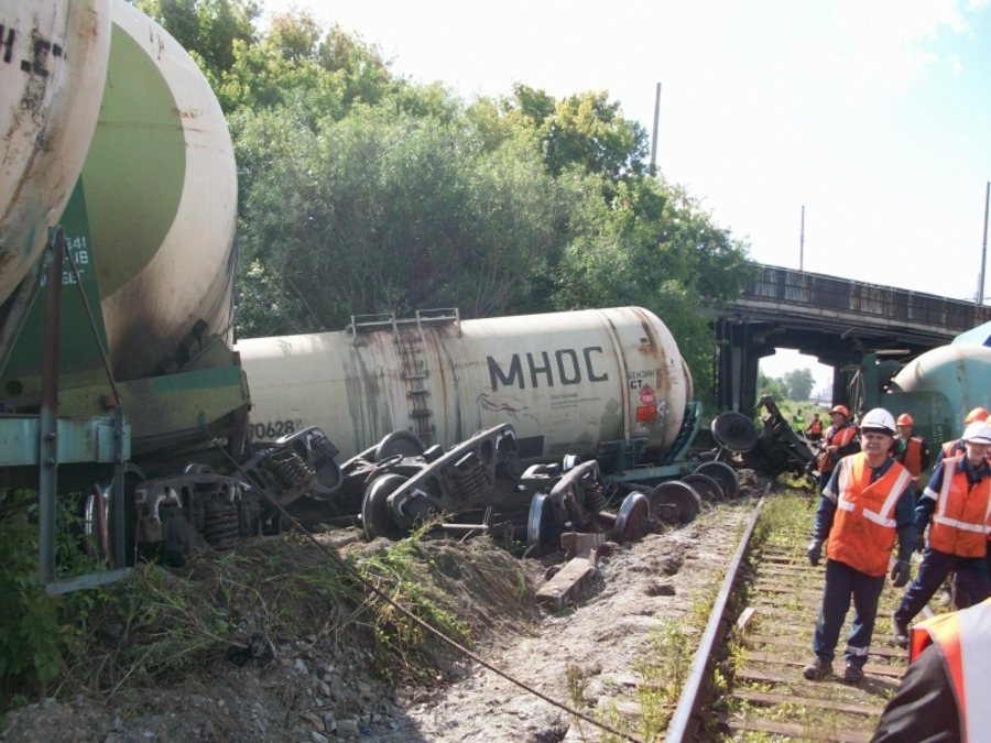 В Перми сошли с рельсов и опрокинулись 6 железнодорожных цистерн - фото 1