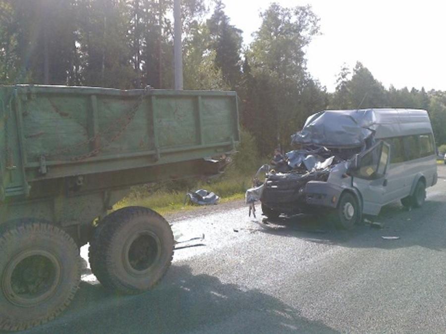 В Перми автобус врезался в колесный трактор, четверо пострадавших