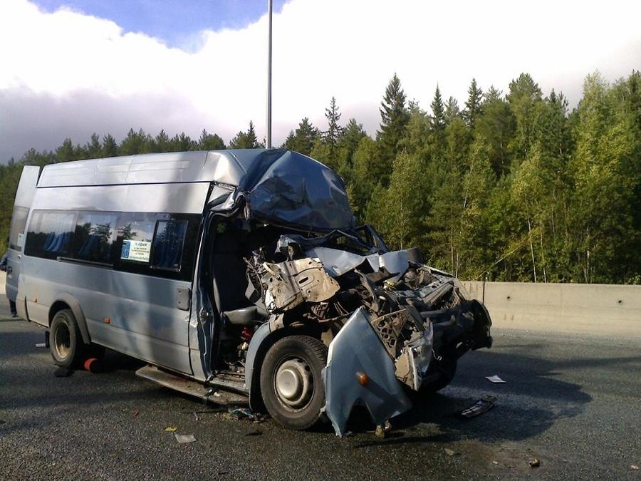 В Перми автобус врезался в колесный трактор, четверо пострадавших - фото 2