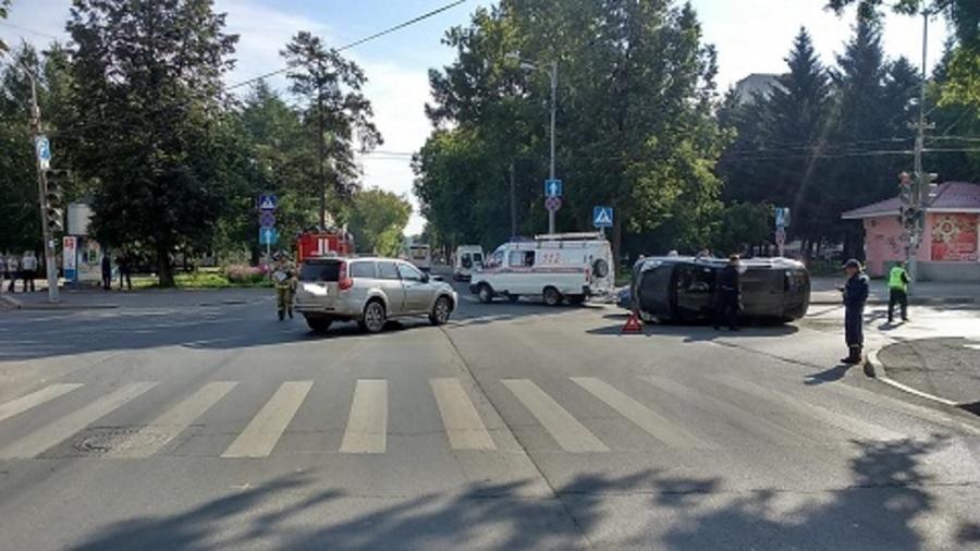В центре Перми в столкновении трех машин ранены два человека - фото 1