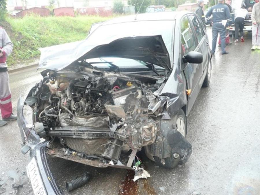 В Соликамске Форд врезался в маршрутный автобус, пассажир погиб