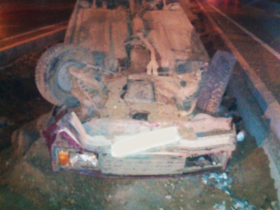 В Перми водитель ВАЗа врезался в бордюр и перевернул автомобиль