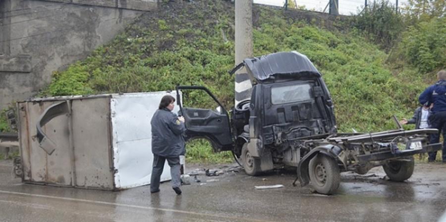 В Кунгуре грузовик врезался в бетонную опору на спуске с горы