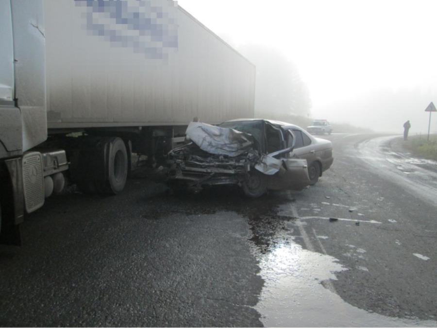 В столкновении с фурой пострадал водитель легкового автомобиля