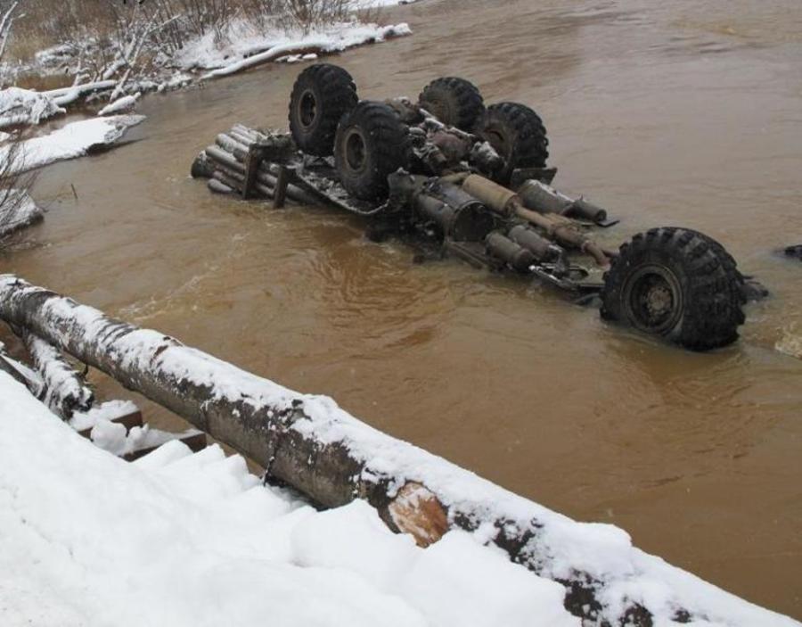 В Александровском районе упал с моста КРАЗ, водитель погиб - фото 1