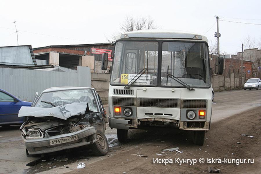 В Кунгуре легковушка подбила рейсовый автобус - фото 1