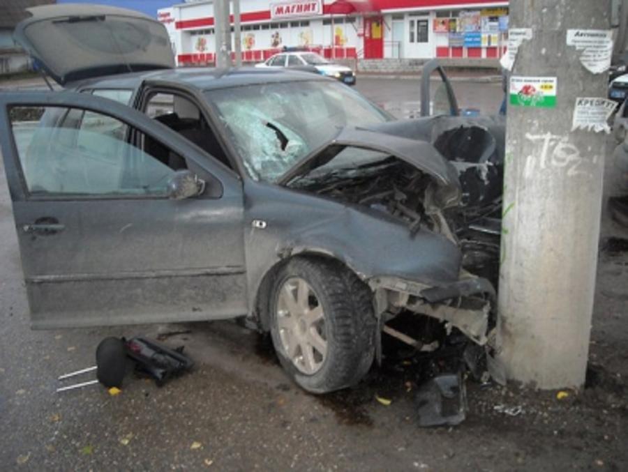 В Кунгуре Фольксваген врезался в столб, четверо пострадали - фото 1