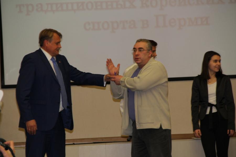 В Перми на форуме Юрий Уткин выкручивал руки корейцу