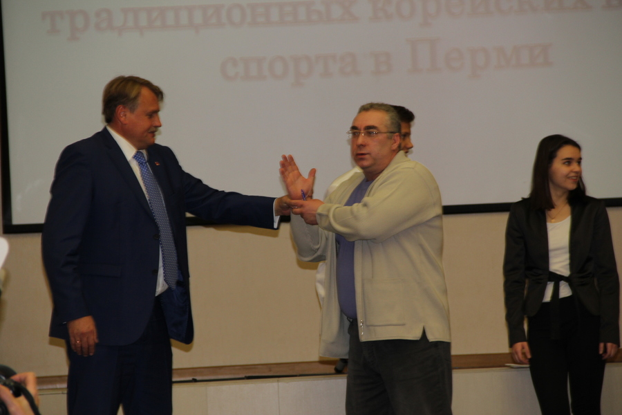 В Перми на форуме Юрий Уткин выкручивал руки корейцу - фото 1