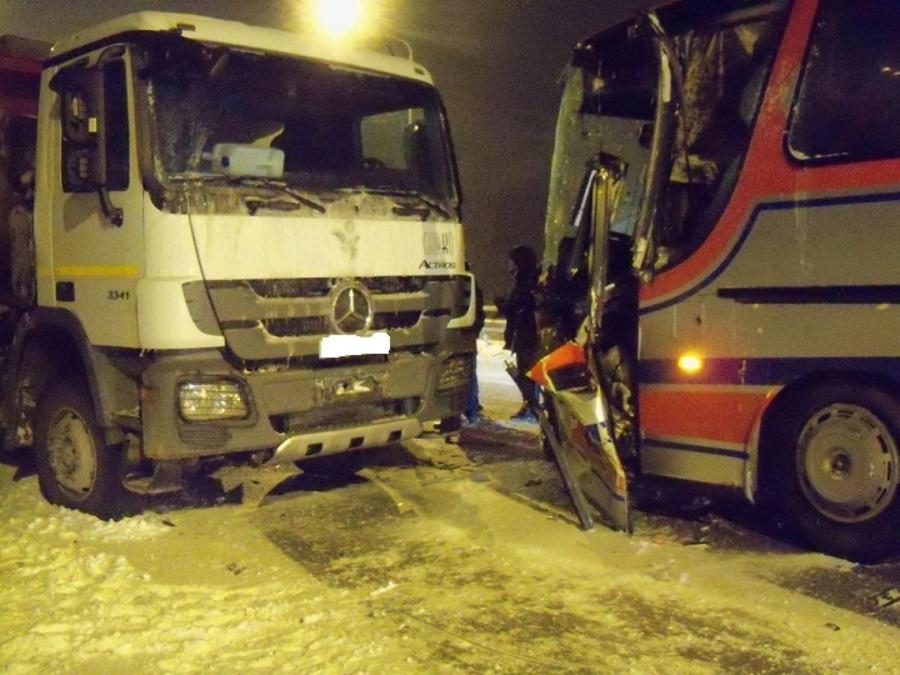 На Чусовском мосту столкнулись рейсовый автобус и грузовик Мерседес - фото 1