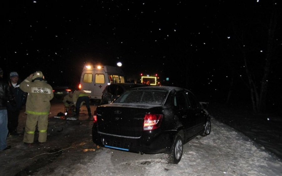 В столкновении автобуса и двух автомобилей ранены мальчик, девочка и водительница