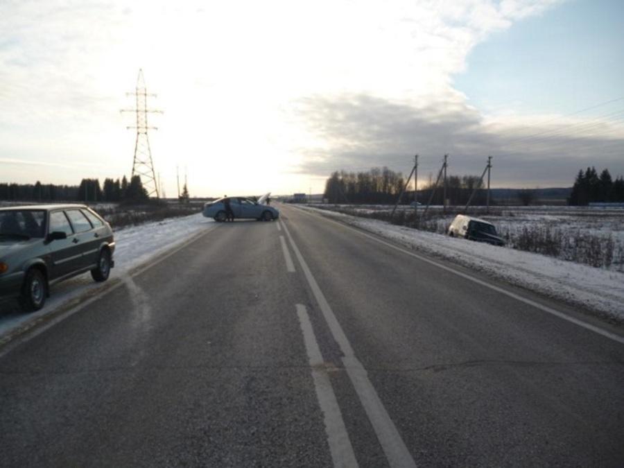 В Пермском крае в столкновении Хендая и Мицубиси ранены два человека - фото 1