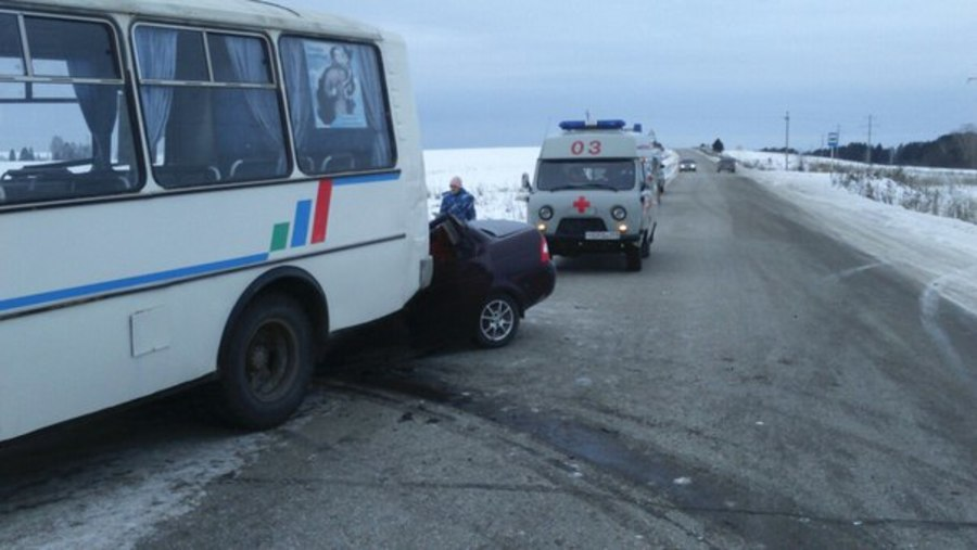 В Кунгурском районе в столкновении ВАЗа и автобуса погибли три человека, еще трое - ранены - фото 1