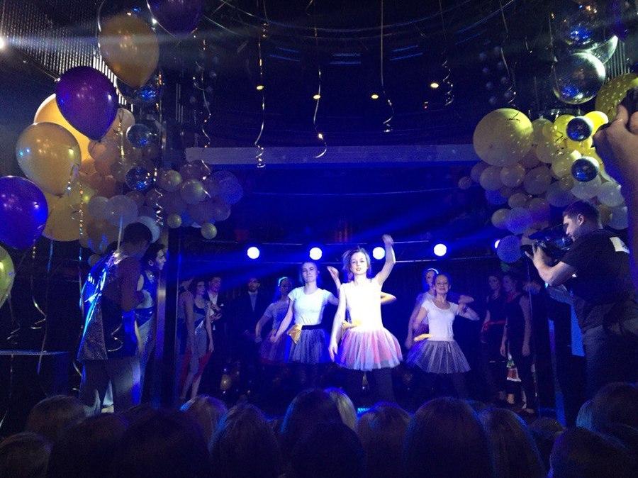 Школьники Перми станцевали новогоднюю сказку - фото 11