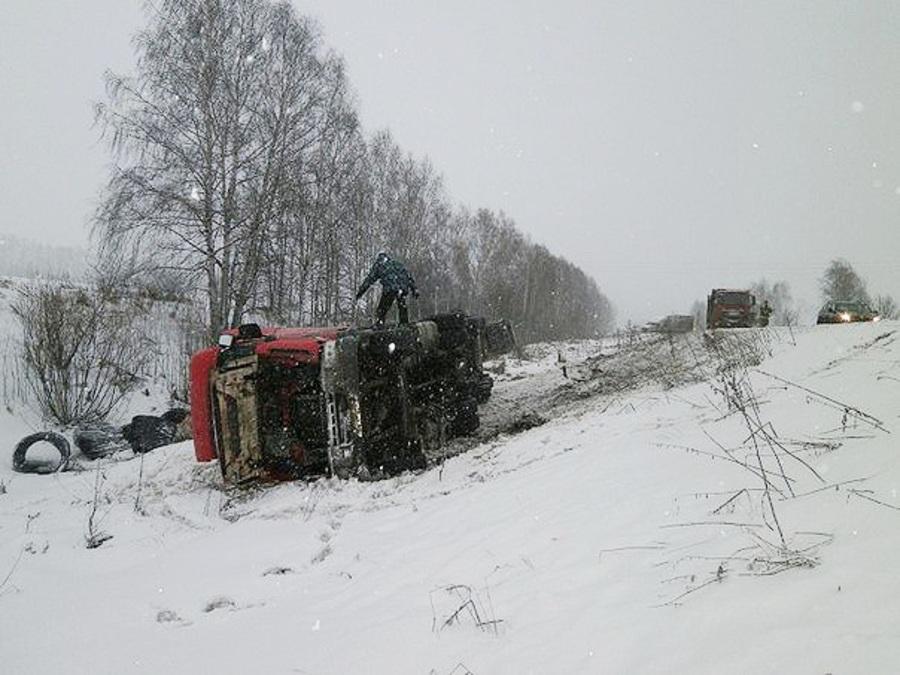 На трассе Пермь - Екатеринбург произошло два ДТП с участием четырех грузовиков - фото 2