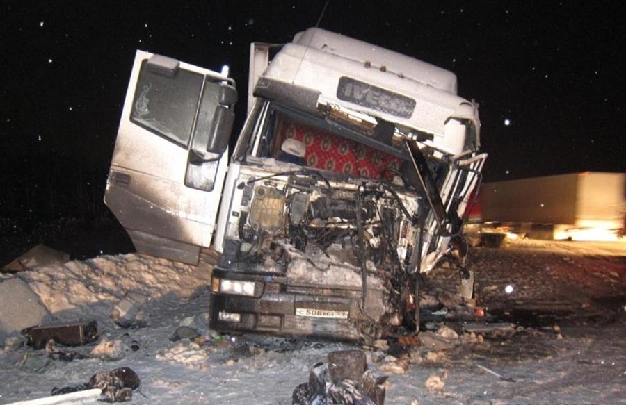 На федеральной трассе в Пермском крае столкнулись две фуры