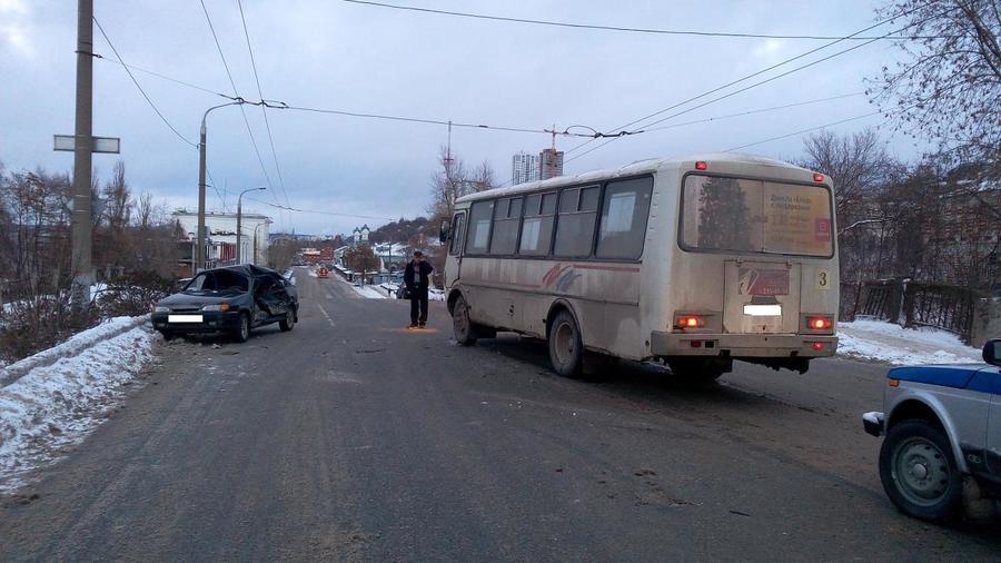 В Перми в столкновении ВАЗа с автобусом пострадали два человека - фото 1