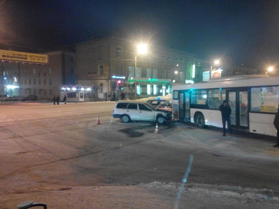 В Перми Ниссан врезался в маршрутный автобус - фото 1