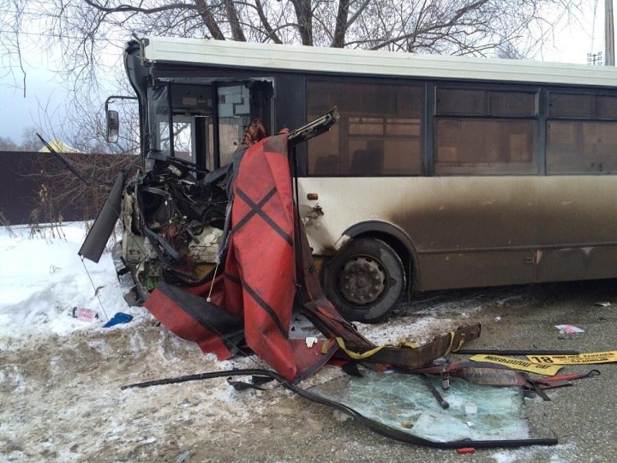 В Перми автобус столкнулся с фурой, два пострадавших - фото 1