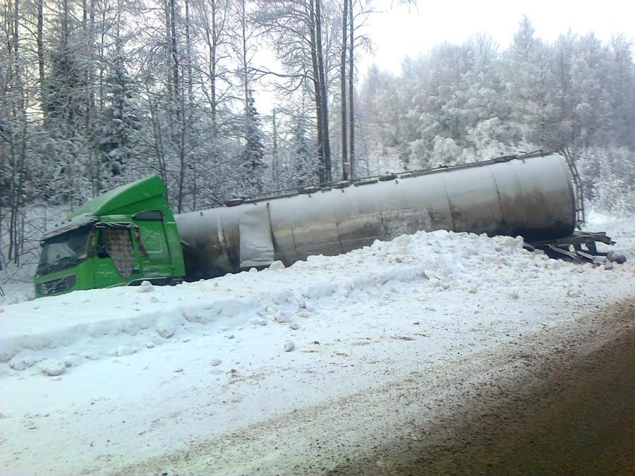 В Пермском крае водитель фуры врезался в два автомобиля - фото 1