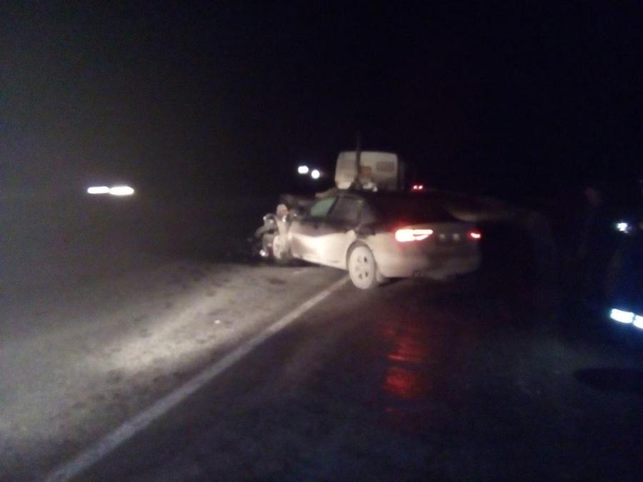 На трассе Пермь - Березники водитель Ауди врезался в стоящий КАМАЗ - фото 1