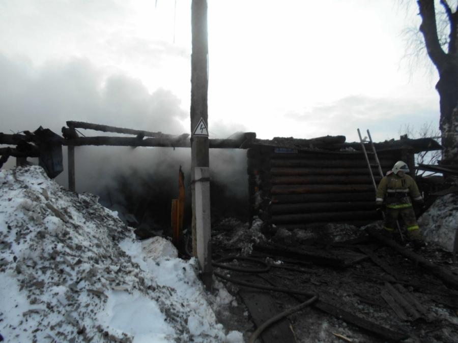 В Краснокамском районе сгорел дом с надворными постройками