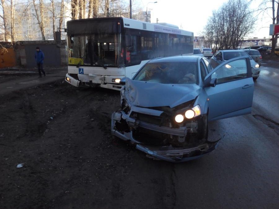 В Индустриальном районе водитель Шевроле врезался в маршрутный автобус
