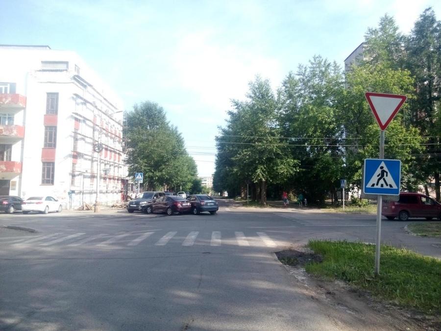 В Перми в столкновении трех машин пострадала женщина-водитель - фото 1