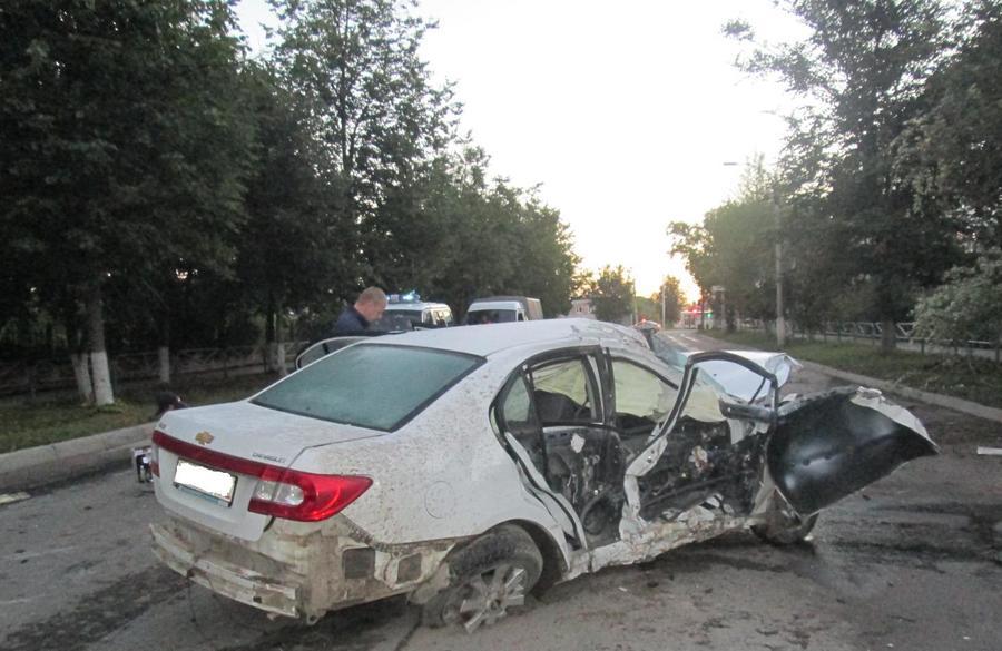 В Березниках пьяный водитель Шевроле врезался в дерево