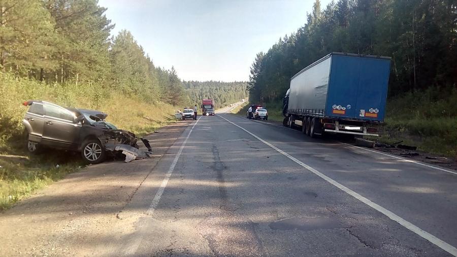 На трассе Пермь — Екатеринбург Ауди врезалась в большегрузный автомобиль