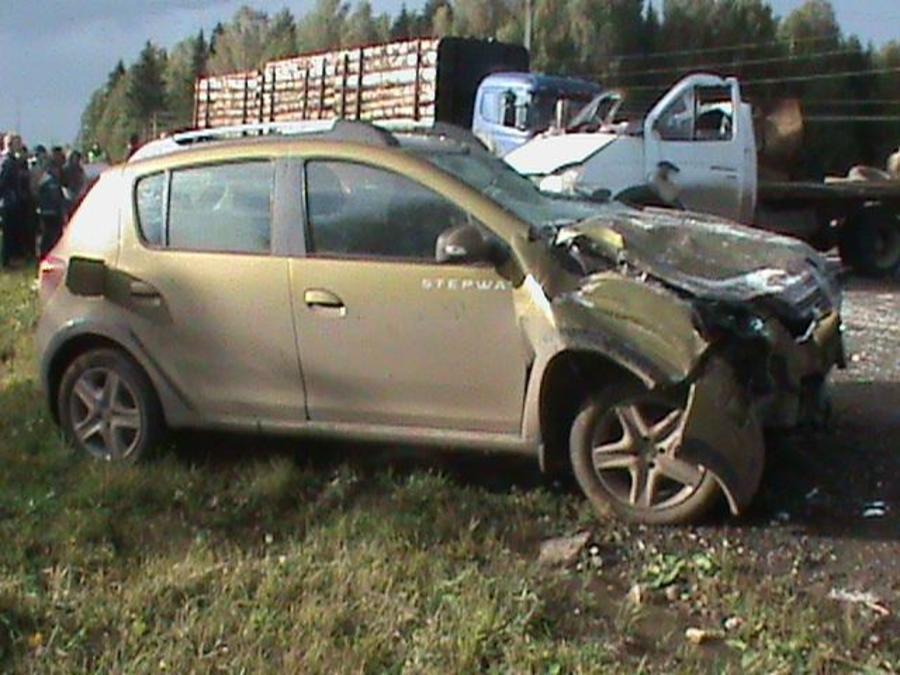 В столкновении трех автомобилей погиб молодой человек, трое ранены - фото 1