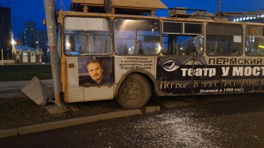 В Перми троллейбус врезался в фонарный столб - фото 1